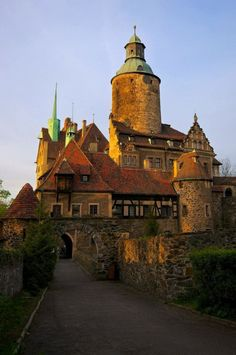 It's a beautiful world Czocha Castle, Lower Silesia / Poland (by Rafal Gorny). Beautiful Castles, Beautiful Buildings, Beautiful World, Chateau Medieval, Medieval Castle, Places Around The World, Around The Worlds, Chateau Moyen Age, Le Palace