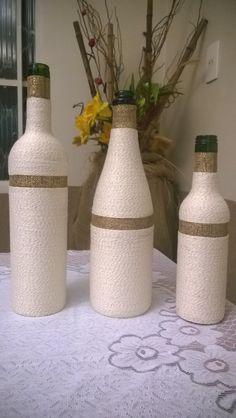 Trio de garrafas artísticas. <br>Ideal para decoração de ambientes, presentes, etc. <br>Para encomendas ou cores diferentes, consulte-nos.