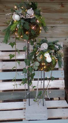 Country Christmas Decorations, Christmas Greenery, Christmas Arrangements, Christmas Flowers, Natural Christmas, Outdoor Christmas, Xmas Decorations, Simple Christmas, Christmas Wreaths