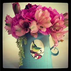 ¡Flores frescas para adornar tu lugar de trabajo! Una motivación para echarle todas las ganas. #segurademi  flores trabajo vintage rosa do it yourself decoración