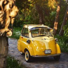 This BMW Isetta 300 was inspired by cars of the company Iso Isetta which was retired in Bmw Isetta, Velo Vintage, Vintage Cars, Scooter Moto, 4 Door Sports Cars, Automobile, Bmw Classic Cars, Bmw Love, Vw Beetles