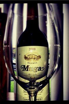 #muga #bodegasmuga #wine #winegram #Winetime #vino #wineday #rioja #winelovers #instawine #experienciamuga Bodegas Muga, White Wine, Red Wine, Alcoholic Drinks, Objects, Bottle, Glass, Alcoholic Beverages, Drinkware