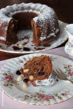 Gugelhupf mit Schokolade, Mandeln und Cranberries