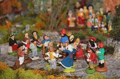 des farandoleurs (du santonnier Magali) sont accompagnés par d'autres santons musiciens Decoration, Vignettes, Nativity, French, Christmas, Diy, Inspiration, Daycares, Camargue