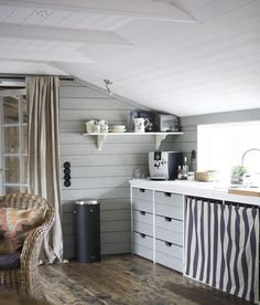 low ceiling (via Sköna hem) - my ideal home. Cocinas Kitchen, My Ideal Home, Nantucket, Life Magazine, Vintage Kitchen, Rustic Kitchen, Small Spaces, Home Furniture, Sweet Home