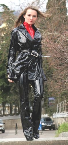 Mädchen in sexy Lackmode 👌 Sexy Outfits, Sexy Dresses, Imper Pvc, Vinyl Clothing, Pvc Raincoat, Latex Girls, Latex Dress, Sexy Latex, Rain Wear