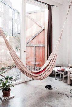 Para aproveitar a metragem disponível sem abrir mão do conforto, a nova moda é instalar redes dentro de casa. Confira 18 ideias.