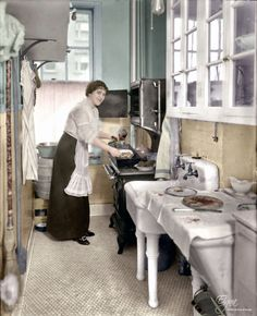 Amazing Colorized Photos Show What Kitchens Looked Like in the First Half of the… Incredibili foto colorate mostrano come apparivano … Kitchen On A Budget, Kitchen Items, Kitchen Decor, Layout Design, Ikea, Colorized Photos, Reno, Apartment Interior, Cheap Home Decor