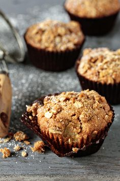 Apple Pie Muffins are hearty, enthusiastically spiced apple muffins with big chunks of Granny Smith apples and a sweet and buttery crumble topping! Click through for recipe! Muffin Recipes, Apple Recipes, Baking Recipes, Sweet Recipes, Breakfast Recipes, Dessert Recipes, Dessert Healthy, Apple Pie Muffins, Apple Cinnamon Muffins
