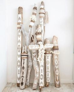 Painted driftwood Wood diy Driftwood crafts Boho diy Diy d co Macrame design - Fantastic DIY tips are readily available on our internet site Take a look and you will not be sorry you did DIY Painted Driftwood, Driftwood Art, Driftwood Macrame, Driftwood Projects, Diy Projects, Creation Deco, Macrame Design, Painted Sticks, Boho Diy