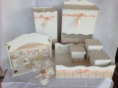 Conjunto de quadro porta-maternidade ( placa para nome do bebê), lembrancinha (mini aromatizador) e Kit Higiene(porta-fralda,lixeira, bandeja com 3 potes.