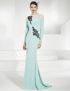 Vestidos de fiesta largo en crep turquesa con adornos de pasamanería.