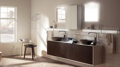 meuble salle de bains en bois brun foncé et en blanc, deux vasques rondes marron