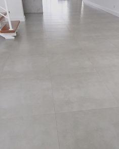 PORCELANATO  efeito concreto, linha BAUHAUS na cor CEMENT, 60x60, acabamento natural MATE, da @portobello_sa Junta seca, ou seja, o piso foi assentado sem espaçadores; cor do rejunte Cinza Total Super da eliane/ligamax gold ficou bem próximo da cor do piso.  60 x 60 x 1 cm https://www.portobello.com.br/produtos/porcelanato-revestimento-ceramico/bauhaus/cement-60X60-nat