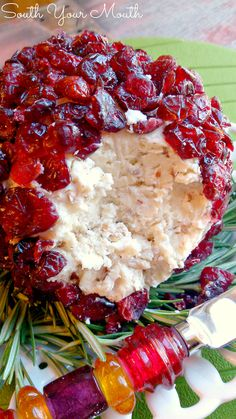 10 dakika · VegetarianGluten free · kişilikA festive cheese ball recipe made with goat cheese or cream cheese, white cheddar, pecans and cranberries perfect for Christmas parties and entertaining! Cranberry Cheese, Cranberry Recipes, Holiday Recipes, Christmas Recipes, Holiday Treats, Snacks Sains, Christmas Party Food, Christmas Sweets, Christmas Cheese