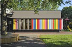 Pré-Escola Kekec, na Eslovênia. É possível girar os painéis controlando a luz e colorindo a fachada.