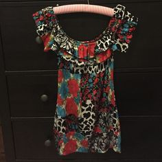 Wet seal Off the shoulder flower top Super cute Wet Seal top can be worn off shoulders. Ruffled top. Wet Seal Tops Tank Tops