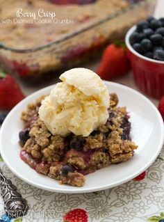 Berry Crisp is so much better when it has an Oatmeal Cookie Crumble on top! This simple berry crisp recipe is full of delicious berry flavor and topped with a crumble that's actually an oatmeal cookie. It's a cookie cobbler recipe! Berry Cobbler, Berry Crumble, Crumble Topping, Köstliche Desserts, Delicious Desserts, Dessert Recipes, Yummy Food, Pavlova, Berry Crisp Recipe