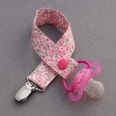 Attache tétine en Liberty Rania Lilooka.  Pour garder les tétines propres et ne plus les perdre dans la rue. Un accessoire beau et utile pour préserver l'hygiène des bébés. Peut s'attacher partout : vêtement, ceinture de sécurité, etc. http://www.lilooka.com/fr/attaches-tetines-sucettes/516-attache-tetine-en-liberty-rania-lilooka.html