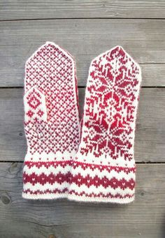 Wool Mittens - Red and White Gloves - Christmas Gloves with a Stars Ornament - Traditional Nordic Gloves - Gift - Winter Fashion nO Mittens Pattern, Knit Mittens, Knitted Gloves, Knitting Socks, Hand Knitting, Knitting Patterns, Wrist Warmers, Fair Isle Knitting, Star Ornament