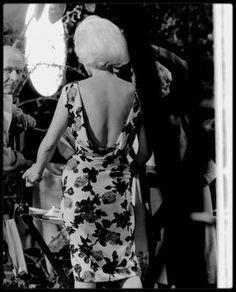 """1962 / Ce vendredi 1er juin 1962, Marilyn tourne """"Something's Got to Give"""" (""""Quelque chose doit craquer""""). Ses absences répétées ont entraîné beaucoup de retard. Sur le plateau 14, la 20th Century Fox a donc donné pour consigne de ne pas célébrer le 36e anniversaire de Marilyn avant la fin de la journée de tournage. A 18 heures, l'équipe du film goûte enfin au gâteau que la doublure de l'actrice a acheté au coin de la rue. On trinque dans de vulgaires gobelets en plastique. Rien à voir avec…"""