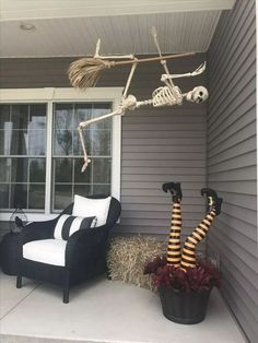 fall decor ideas for the porch 65 creative halloween party decor ideas to inspire you page 25 Halloween Veranda, Casa Halloween, Vintage Halloween Decorations, Halloween Home Decor, Outdoor Halloween, Halloween Ghosts, Halloween Lanterns, Halloween Prop, Halloween Crafts