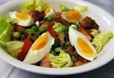 Halsaláta paradicsommal, tojással recept képpel. Hozzávalók és az elkészítés részletes leírása. A halsaláta paradicsommal, tojással elkészítési ideje: 25 perc Cobb Salad, Salads, Paleo, Food And Drink, Health, Health Care, Beach Wrap, Salud, Salad