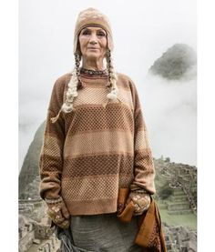 """Gudrun Sjödén  Pullover """"Cuzco"""" aus Wolle/Alpaka/Polyamid Von Patagonien und den Anden inspiriert ist dieser Jacquardstrickpullover mit grafischen Formen, die an Berge und Natur erinnern. Großzügige Passform, hinten länger als vorn.  Weite Passform Länge/M 67 cm Artikelnummer 67500"""