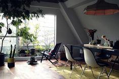 <p>壁に塗ったのはグレーがかった白。真っ白よりも落ち着いた空間になります。</p> Conference Room, Architecture, Interior, Modern, Table, Furniture, Home Decor, Memories, Green