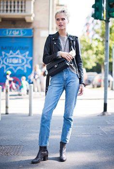 Calça jeans mom Blusão cinza Jaqueta couro preta Bota