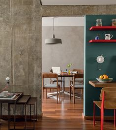 Com parede ao fundo revestida de textura Terracor, a sala de jantar liga-se ao living e à cozinha por uma abertura entre um pilar e uma parede (Foto: Edu Castello/Editora Globo)