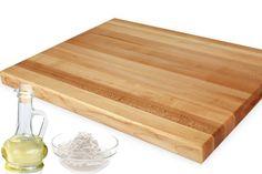 Καθάρισμα του ξύλου κοπής: Το λευκό ξύδι θα το απολυμάνει αποτελεσματικά! Απλώστε πρώτα μαγειρική σόδα επάνω στο ξύλο και έπειτα αδιάλυτο ξύδι. Αφήστε το να «αφρίσει» για 5-10 λεπτά κι έπειτα ξεπλύνετέ το με ένα πανί που έχετε βυθίσει σε καθαρό κρύο νερό! #FloraTips Butcher Block Cutting Board, Bamboo Cutting Board, Flora, Plants