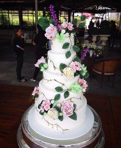 Bolo de casamento inspirado nos jardins ingleses com flores de açúcar.