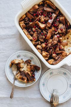 Easy Gingerbread French Toast Bake that's perfect for a holiday breakfast or brunch gathering! Vegetarian and delicious. Head to JarOfLemons.com for the recipe.! #ad #HilandHolidays