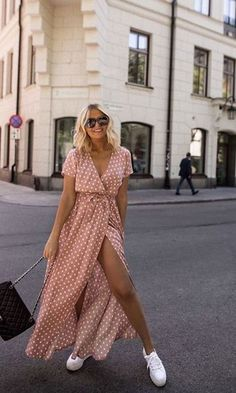 15 cute polka dot pieces e. The warm season .- 15 süße Polka Dot Pieces z. den warme Jahreszeit Polka Dot S… 15 cute polka dot pieces e. The warm season Polka Dot Streetstyle Fashion / Fashion Week - Street Style Outfits, Mode Outfits, School Outfits, Church Outfits, College Outfits, Fashion Vestidos, Fashion Dresses, Dress With Sneakers, White Sneakers