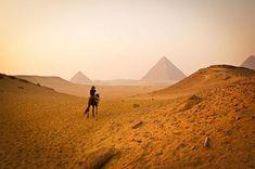 Descubra o que existe no entorno de alguns dos mais belos e icônicos lugares do mundo, com as pirâmides egípcias e a Torre Eiffel
