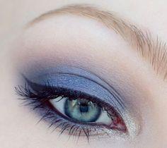 maquillage yeux avec ombres à paupières en bleu pâle et eye-liner noir
