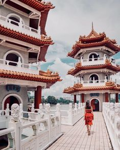 Singapore is a small country with limited resources, to stay competitive; Singapore is constantly reinventing itself to attract visitors and … Singapore Guide, Singapore Travel, Best Instagram Photos, Instagram Worthy, China Garden, Indoor Waterfall, Pedestrian Bridge, Great Wall Of China