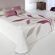 No pattern but this is a lovely appliqued quilt Designer Bed Sheets, Luxury Bed Sheets, Cream Duvet Covers, Bed Covers, Bed Sheet Painting Design, Bed Cover Design, Cushion Embroidery, Fabric Paint Designs, Bed Curtains
