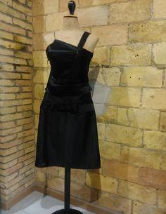 top asimétrico y falda en raso negro