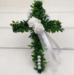 Kreuz aus Grüngirlanden, weiß dekoriert. Als Tischdekoration, Tellerschmuck oder Gastgeschenk, zur Kommunion, Konfirmation und Taufe. Ostern Party, Floral Wreath, Crown, Wreaths, Diy, Jewelry, Decor, Religion, Flowers