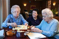 Ouderen helpen mee hun eigen maaltijd te bereiden. Samen aardappelen schillen, groenten snijden en ondertussen passeren allerlei gespreksonderwerpen........ Daarna gezamenlijk eten.