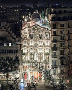 Casa Batilio at nigth Antonio Gaudi,s Maters picies Barcelona Spain Architecture Magazines, Architecture Details, Barcelona Architecture, Cool Places To Visit, Places To Go, Travel Around The World, Around The Worlds, Antoni Gaudi, Spain And Portugal