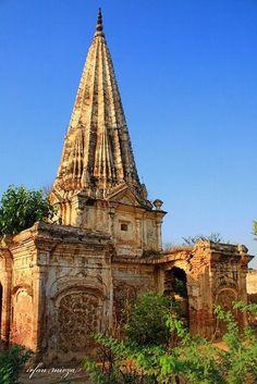 Fantastic photography of beautiful Choor Munda temple Sialkot Punjab Pakistan Buddhist Architecture, Indian Architecture, Church Architecture, Temple Ruins, Hindu Temple, Pakistan Art, Beautiful Places In The World, Place Of Worship, Abandoned Houses
