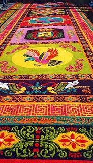 Otra bella alfombra hecha durante Semana Santa en Antigua, Guatemala.