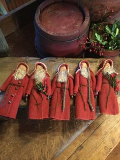 22 Charming Outdoor Christmas Tree Decorations You Must Try this Year - The Trending House Primitive Christmas Decorating, Family Christmas Ornaments, Primitive Santa, Prim Christmas, Primitive Crafts, Xmas Ornaments, Christmas Projects, Christmas Themes, Christmas Decorations