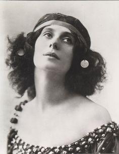 Анна Павлова(1881 - 1931)   Амарилла. Гениальная русская балерина Анна Павлова стала легендой ещё при жизни. Журналисты соревновались друг с другом в сочинении историй о ней. Она читала в газетах мифы о себе – и смеялась. Легенды окружают её имя до сих пор.