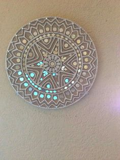 For my mandala mirror: iridescent mosaic Mirror Painting, Mirror Art, Art N Craft, Diy Art, Indian Art Paintings, Sad Paintings, Clay Wall Art, Clay Art Projects, Madhubani Art