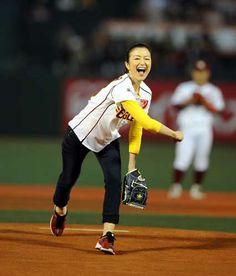 【楽天】鈴木京香始球式「背筋がスッ」 - プロ野球ニュース