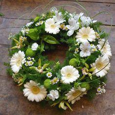 White daisy and orchid wreath Remembrance Flowers, Memorial Flowers, Funeral Flower Arrangements, Funeral Flowers, Flower Garlands, Flower Decorations, Floral Bouquets, Floral Wreath, Plaques Funéraires